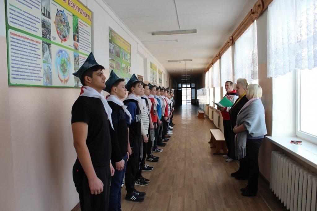 М.В. Бикуева – директор школы, напутствует ребят.