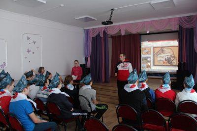 Колца В.Д. ведет рассказ. Антонова Вероника (8 кл.) с презентацией о Сталинградской битве.