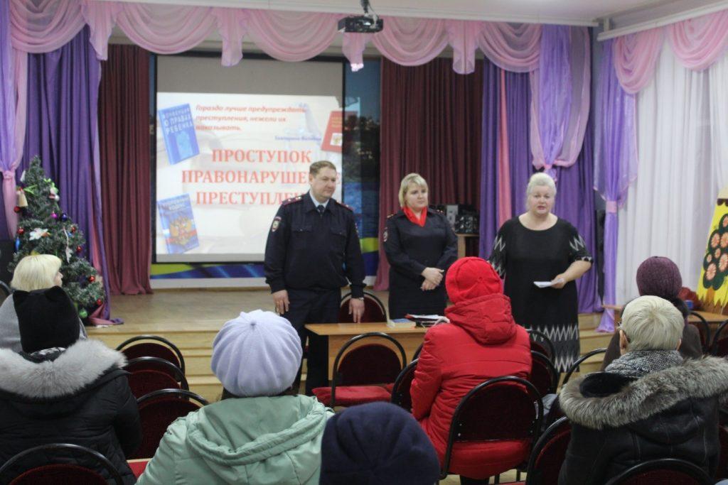 Бикуева М.В. выступила перед родителями по вопросам безопасности ОУ.
