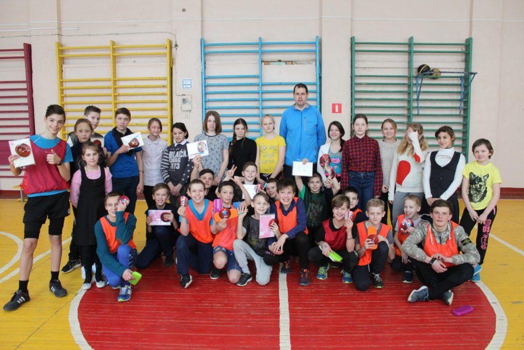 Виноградов Н.Н. – организатор соревнований «А. ну-ка, парни!» и его участники.