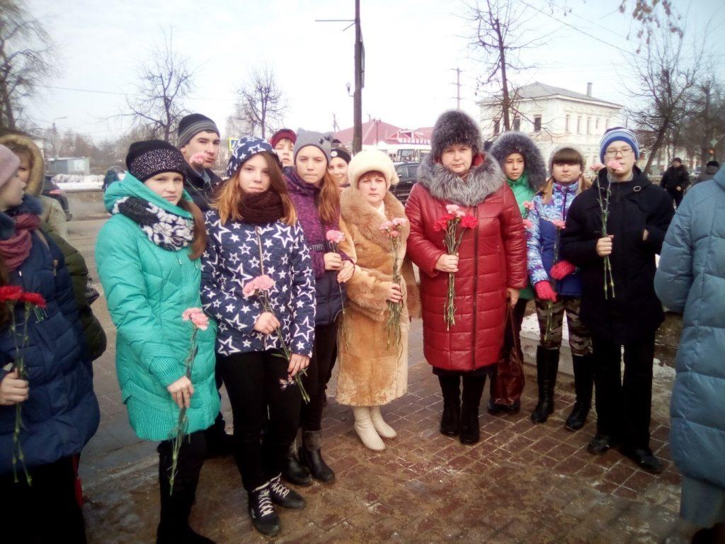 М.В.Бикуева – директор школы, Паняева Е.М. – кл.руководитель и учащиеся 7 класса – участники митинга.