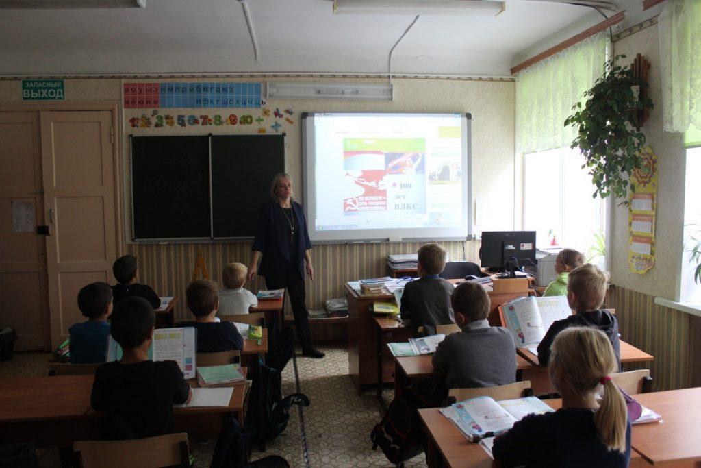 Красина И.Н. проводит классный час в 3 классе.