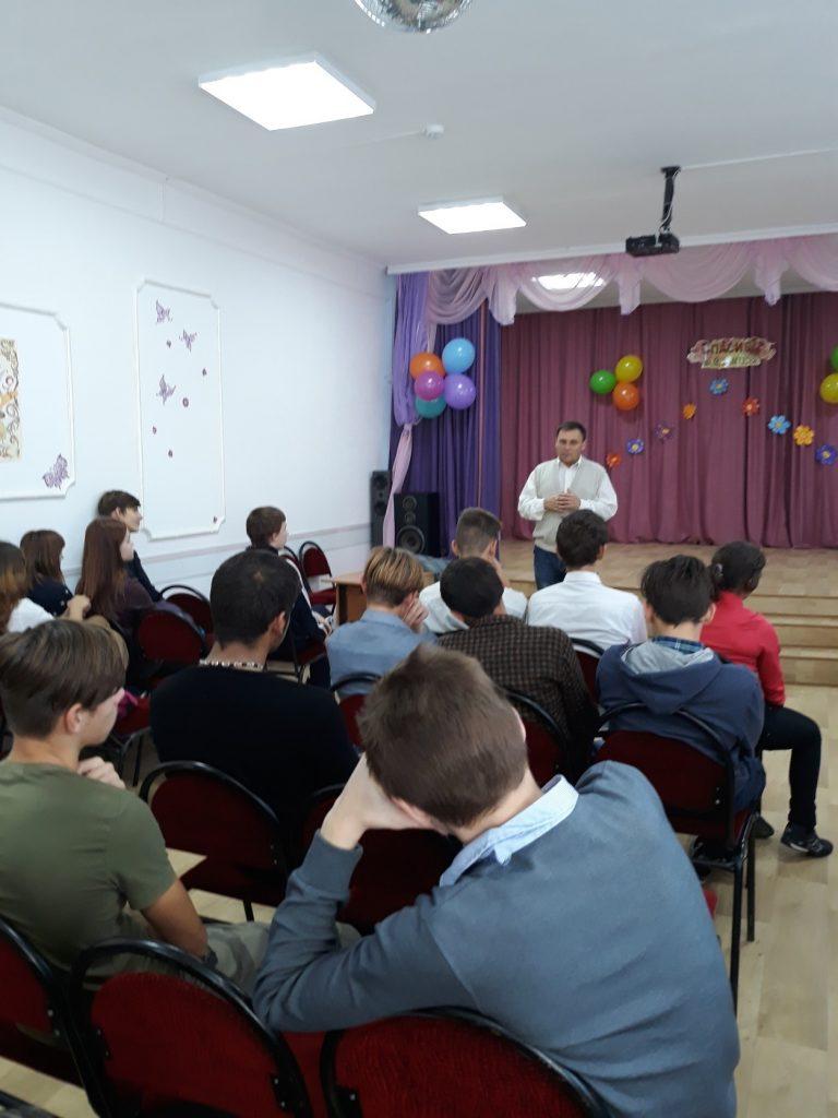 Жабин А.В. беседует с учащимися о вреде наркотиков.