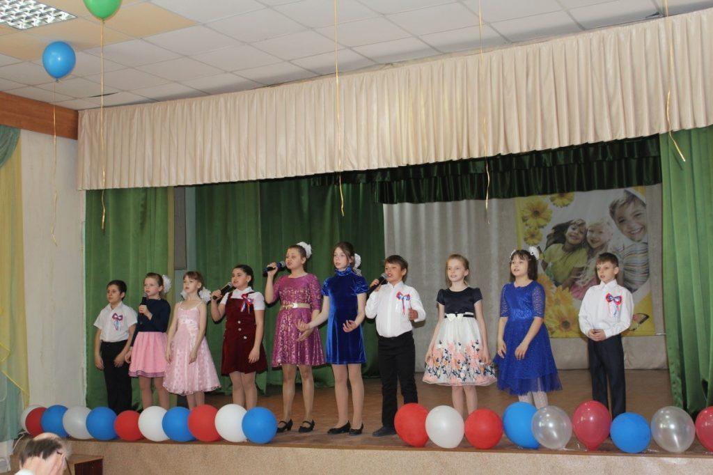 «Страна чудес» - поют вокальная группа начального звена школы-интерната.