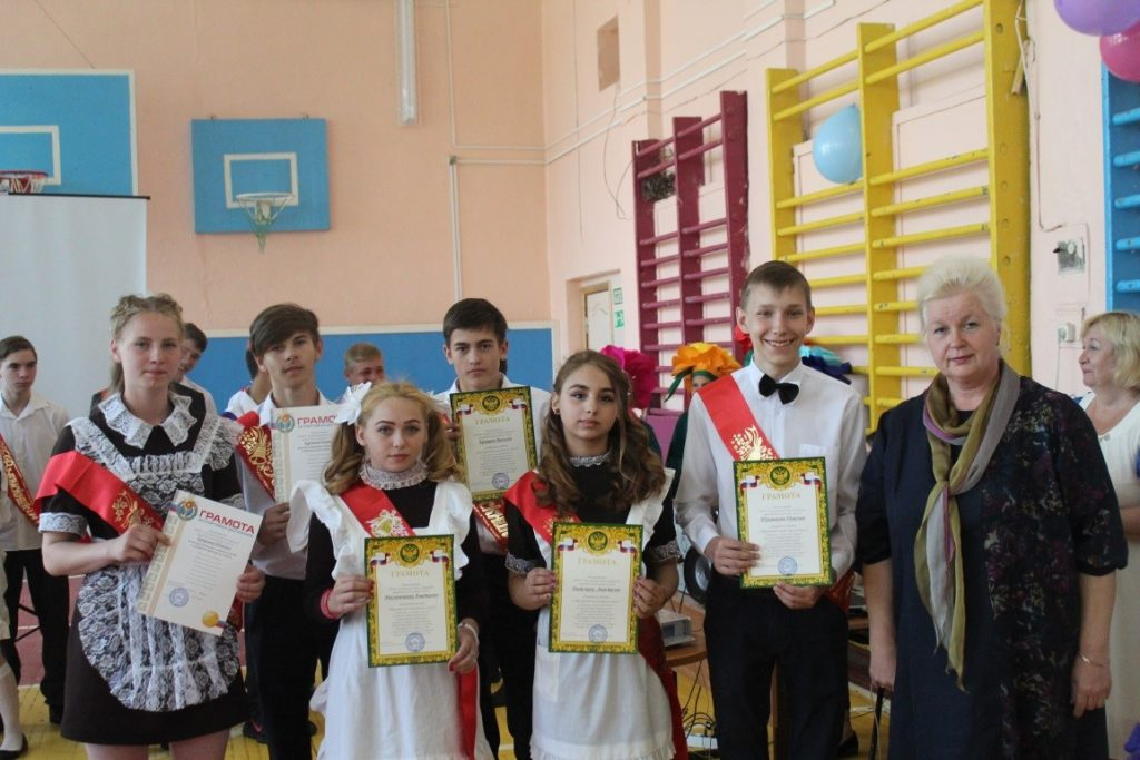 Директор Бикуева М.В. и выпускники 2019 года