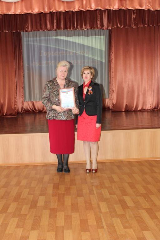 Директор школы-интерната Бикуева М.В. получает заслуженную грамоту.