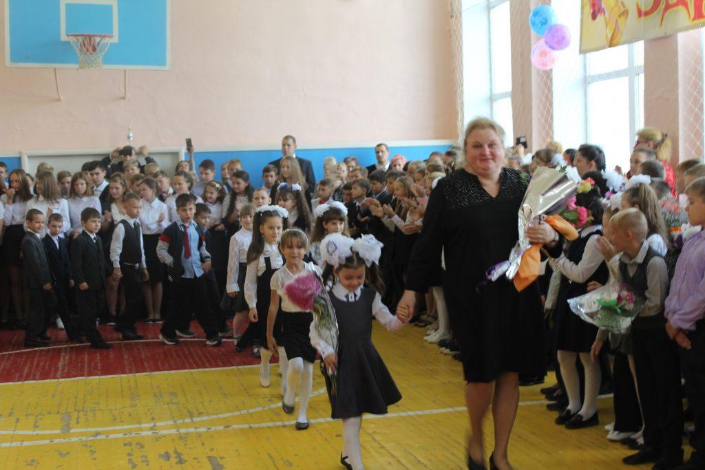 1 класс ведет на первую линейку классный руководитель Орлова Н.В.