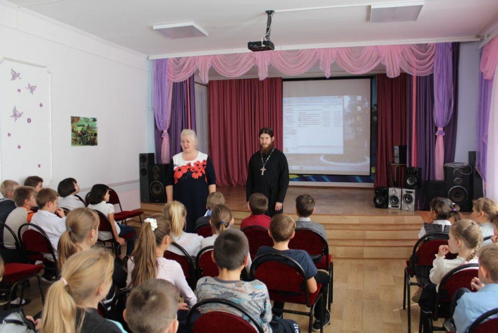 М.В. Бикуева выступает перед учащимися школы.
